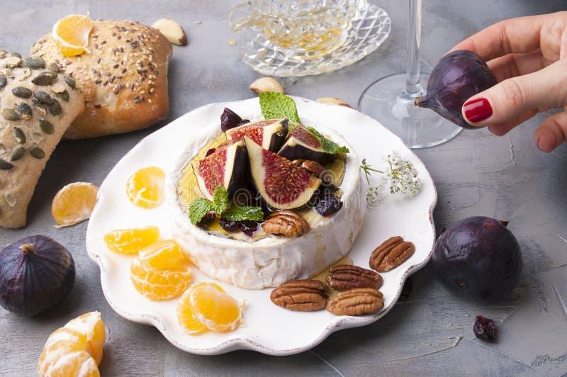 Ser z białymi figi, foremką, miód i dokrętki i, Jesień cukierki, owoc i wino Wyśmienicie jedzenie dla gościa restauracji Odgórny  zdjęcia stock