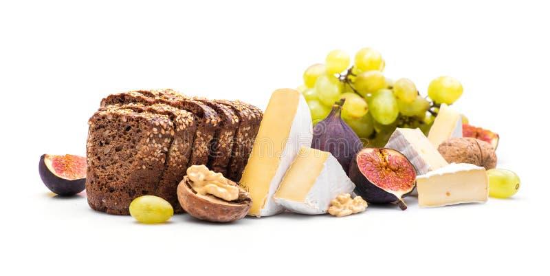 ser z mieszanką przekąski, winogrona, dokrętki i figi odizolowywający, zdjęcie stock