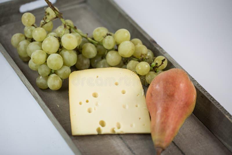 Ser z winogronami i bonkretą na drewnianej tacy zdjęcia royalty free