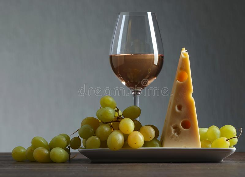 Ser z winogronem i białym winem fotografia stock