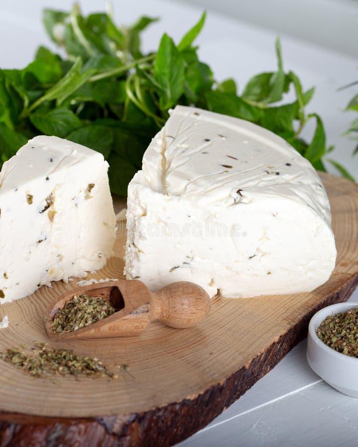 Ser z ziele i pikantność, zielarski ser z pikantność fotografia royalty free