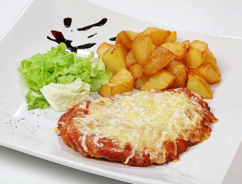 Ser zasklepiał kurczak pierś z pomidorowym kumberlandem, sałatkową mieszanką i grula klinami, zdjęcia royalty free