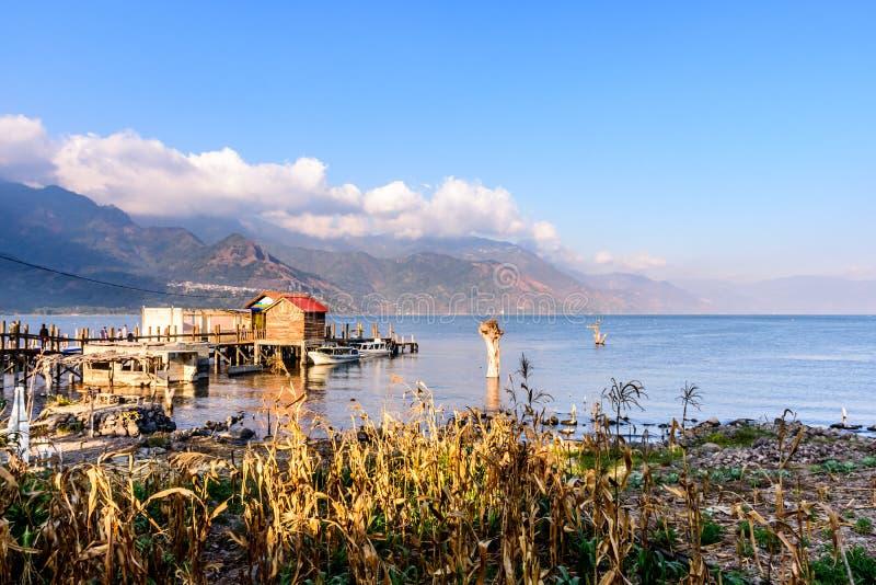 Sera al bacino di San Juan la Laguna, lago Atitlan, Guatemala fotografia stock libera da diritti