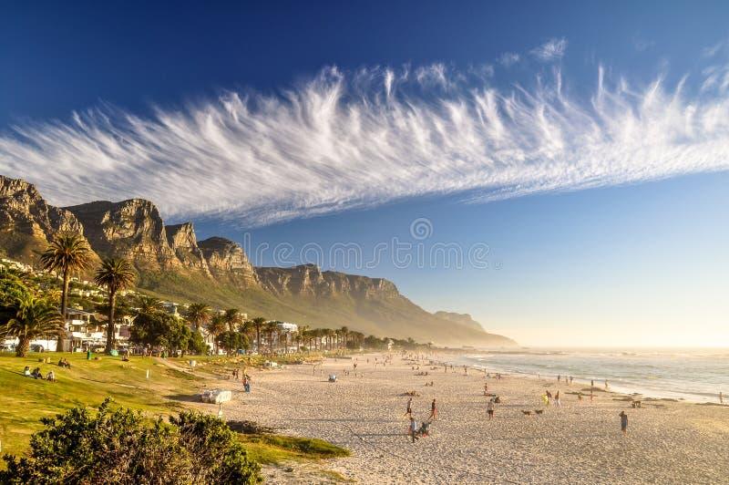 Sera alla spiaggia della baia dei campi - Cape Town, Sudafrica immagini stock libere da diritti