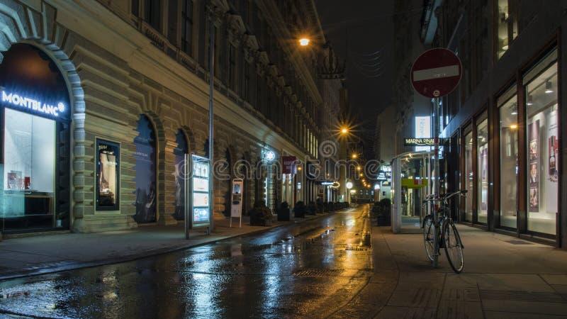 Sera alla via dopo pioggia in Wien, Austria fotografie stock libere da diritti
