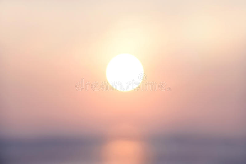 Sera astratta vaga della luce dell'ultimo del fondo con l'ora di punta dorata di tramonto, tono pastello fotografia stock