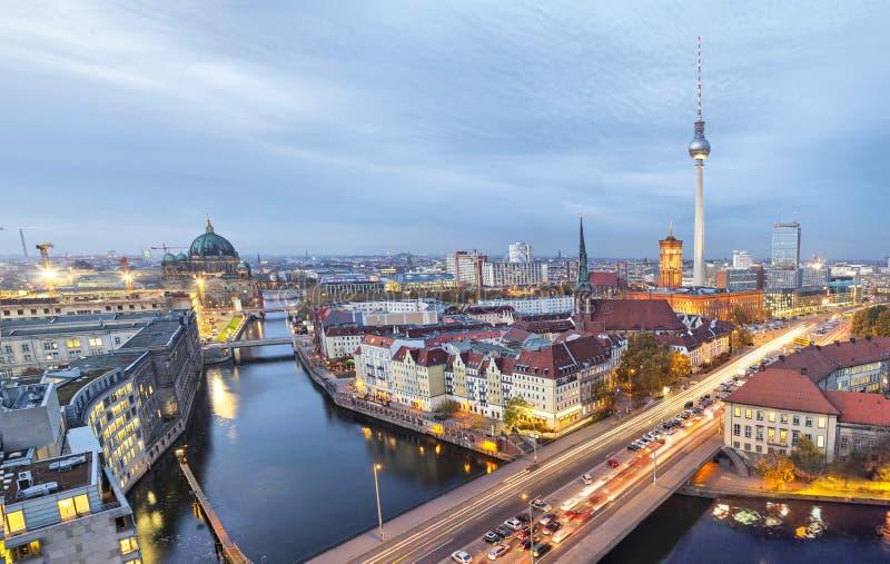 Sera a Berlino, vista aerea immagine stock
