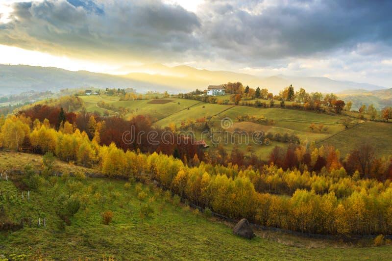 Sera calda di ottobre nella Transilvania Paesaggio magico di tramonto di autunno immagine stock libera da diritti