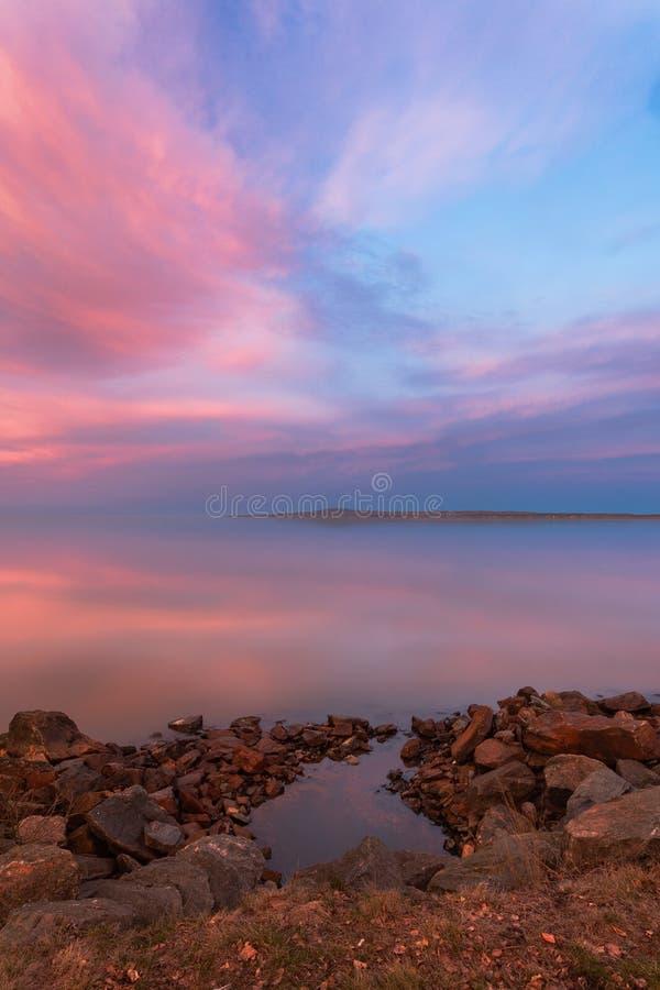 Sera calma con il cielo del colorfull fotografie stock libere da diritti