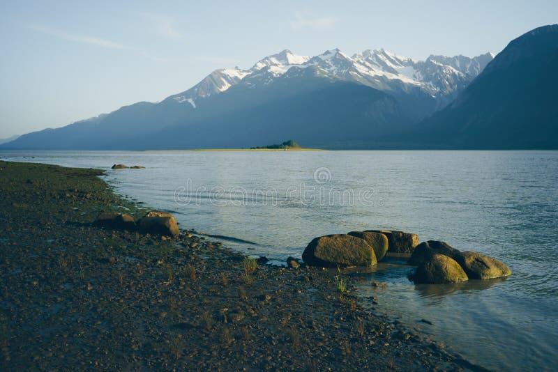 Sera calma di estate sulla spiaggia dell'Alaska fotografie stock