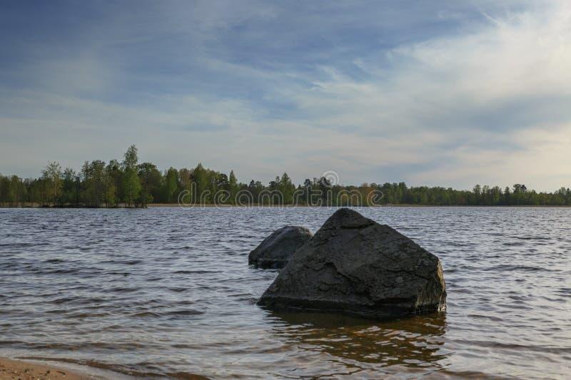 Sera della primavera sul lago di vuoksa fotografia stock