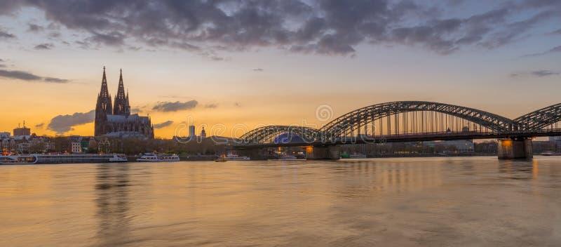 Sera di Colonia sul Reno dopo il tramonto immagine stock