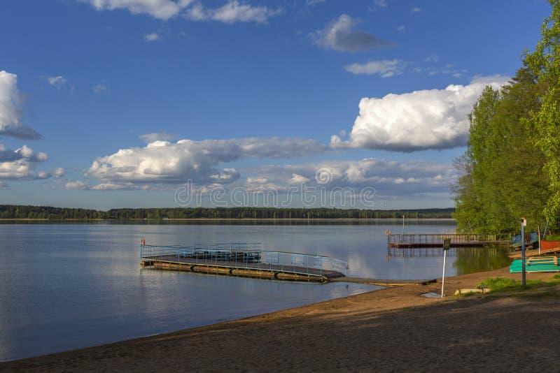 Sera di estate sul ` KE del ` s del sukhodil del lago immagini stock libere da diritti