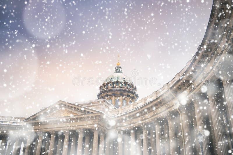 Sera di inverno in San Pietroburgo Cattedrale di Kazan nella bufera di neve immagini stock libere da diritti