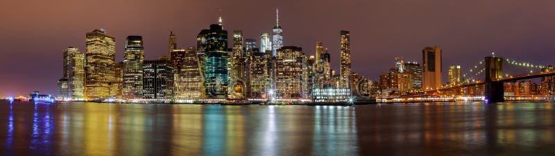Sera di notte dell'orizzonte edifici di New York Manhattan immagini stock libere da diritti