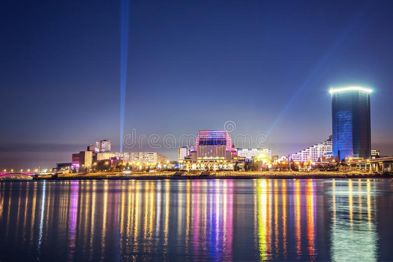 Sera e notte Krasnojarsk, città di notte di panorama Ponte strallato nelle luci intense Paesaggio urbano fotografia stock