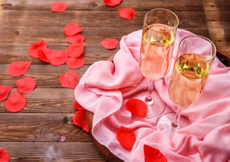 Sera festiva con i petali rosa fotografia stock libera da diritti