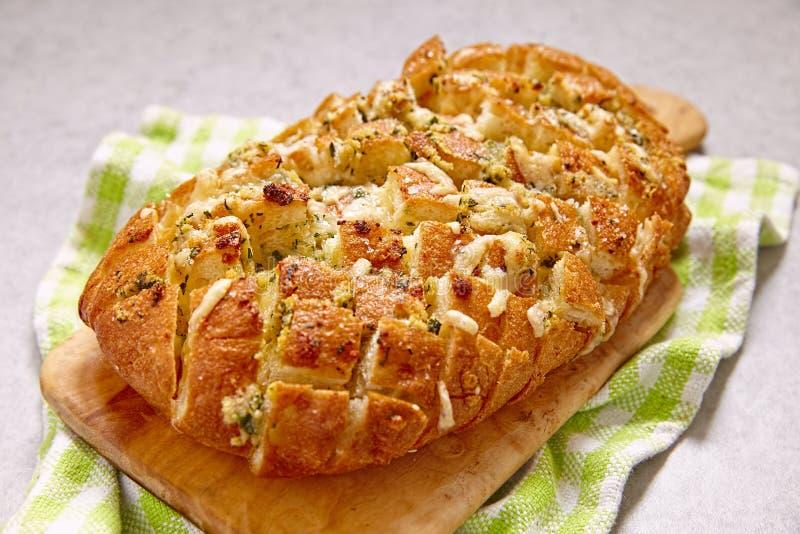 Sera i czosnku krekingowy chleb zdjęcie royalty free