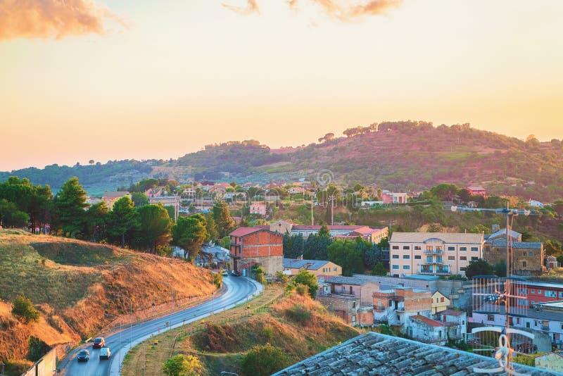 Sera meravigliosa e strada città Sicilia di Armerina della piazza alla vecchia fotografie stock