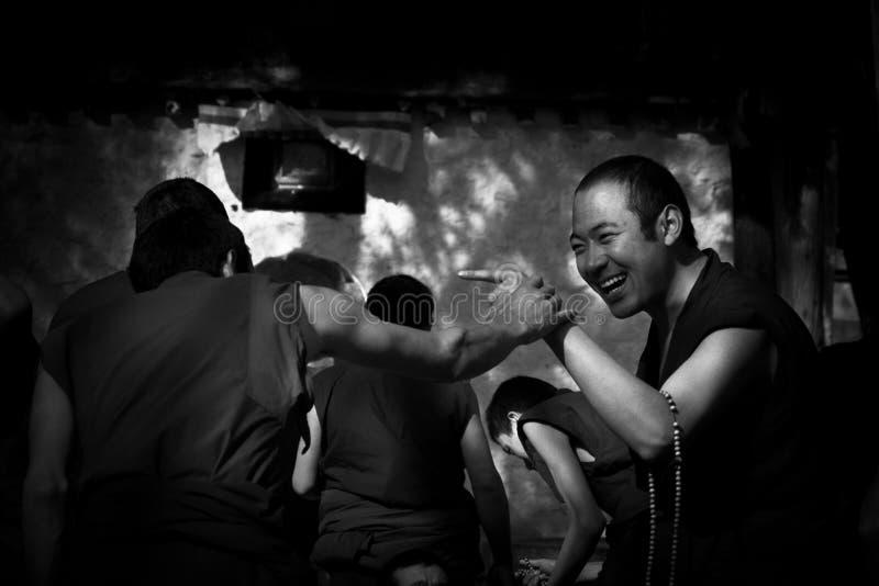 Sera Monastery Debating Monks che indica nel divertimento Lhasa Tibet fotografia stock libera da diritti