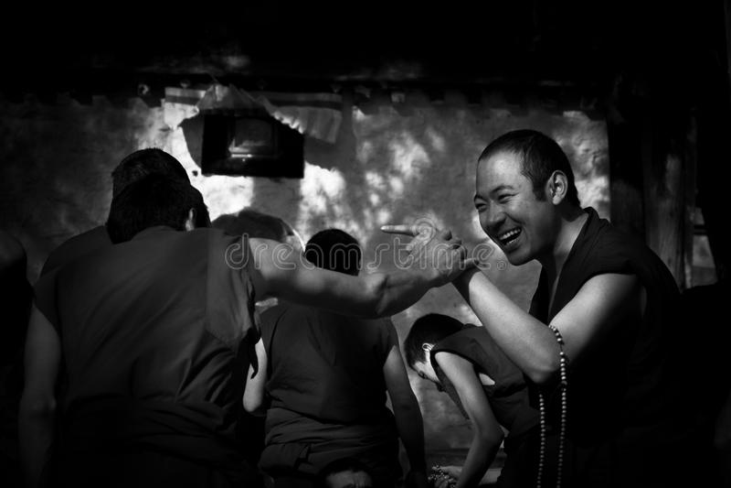 Sera Monastery Debating Monks se dirigeant dans l'amusement Lhasa Tibet photo libre de droits