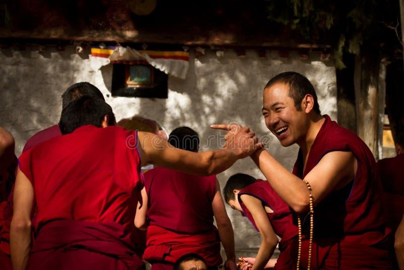 Sera Monastery Debating Monks skratt i Lhasa Tibet arkivfoto