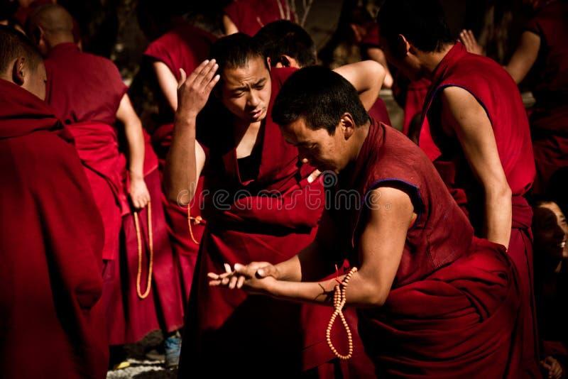 Sera Monastery intensiva debattera munkar Lhasa Tibet royaltyfria bilder