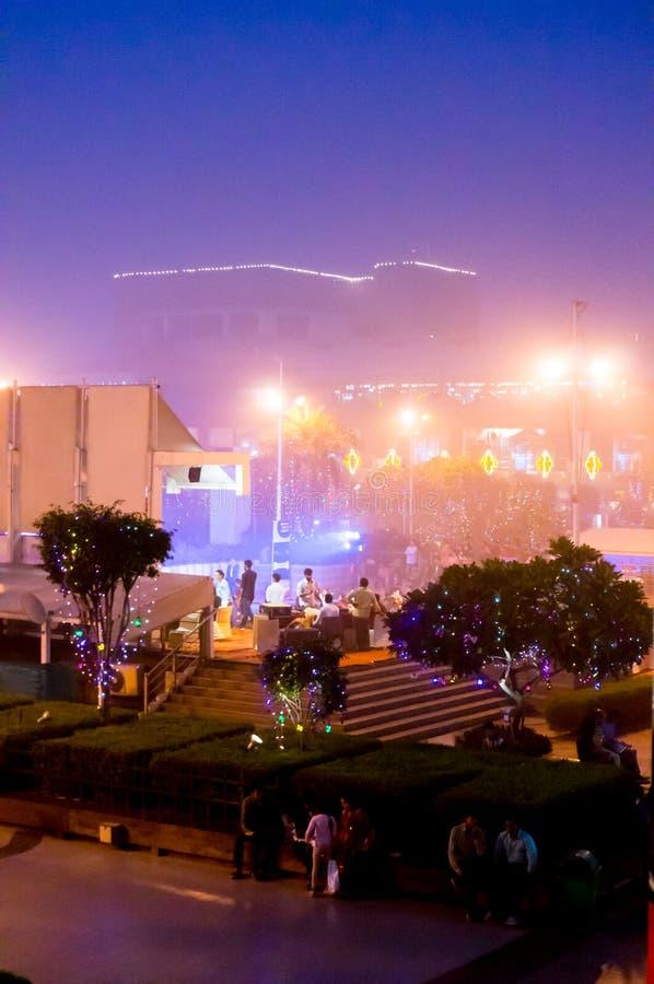 Sera nebbiosa al centro commerciale a Delhi fotografia stock libera da diritti