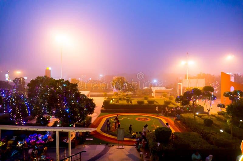 Sera nebbiosa al centro commerciale a Delhi fotografie stock libere da diritti