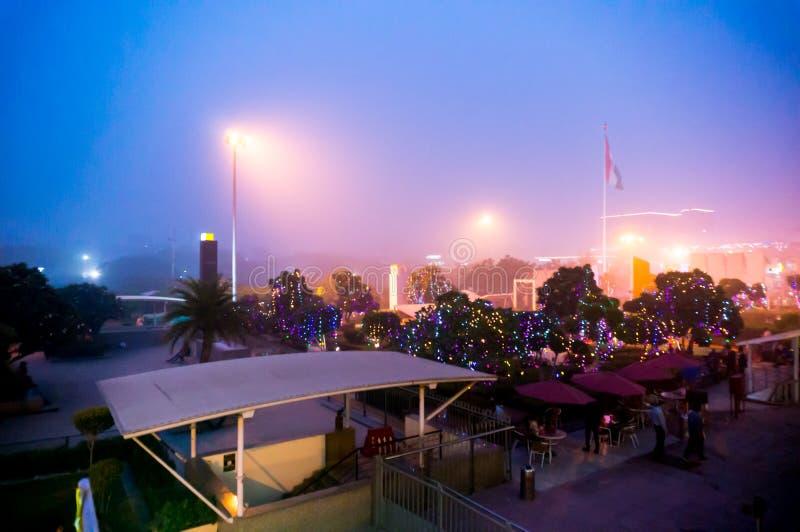 Sera nebbiosa al centro commerciale a Delhi immagine stock libera da diritti