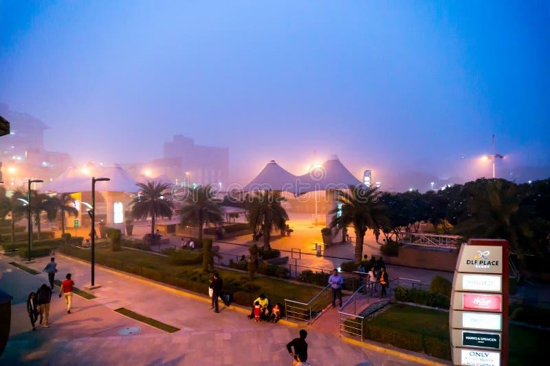 Sera nebbiosa al centro commerciale a Delhi fotografia stock