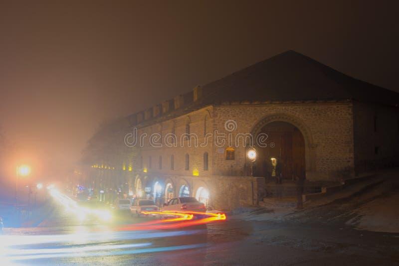 Sera nebbiosa di inverno ad un vecchio caravanserraglio, Sheki immagine stock