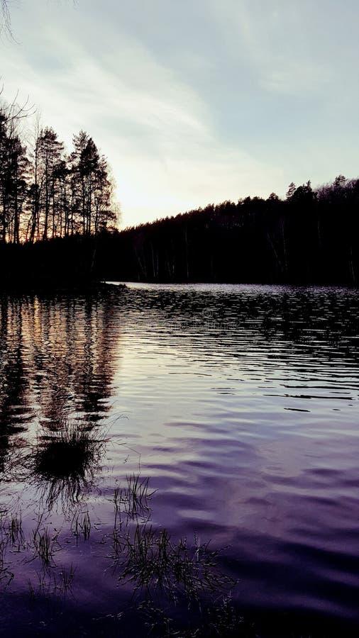 Sera nel lago immagini stock