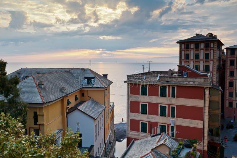 Sera nel villaggio di Camogli vicino a Genova fotografia stock libera da diritti