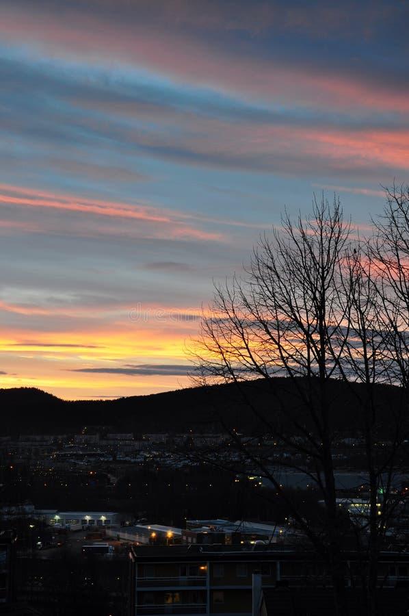Sera a Oslo con le nuvole colorate al tramonto immagine stock libera da diritti