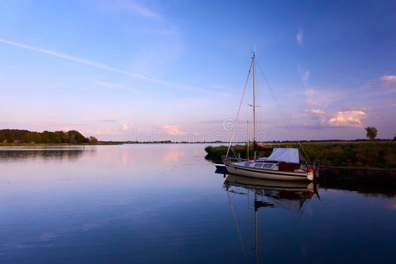 sera pacifica con sul lago fotografie stock