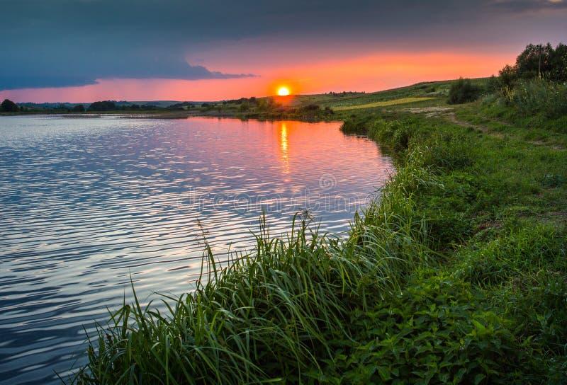 Sera pacifica sul lago immagine stock