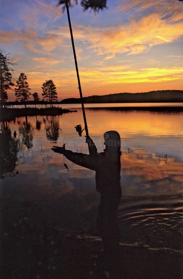 Sera. Pescando nel lago. fotografia stock