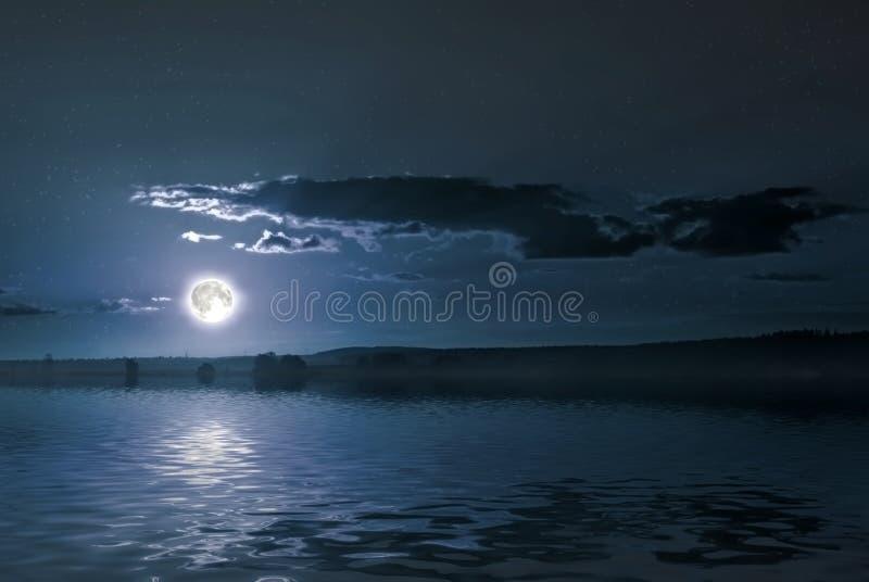 Sera sopra il lago fotografie stock libere da diritti
