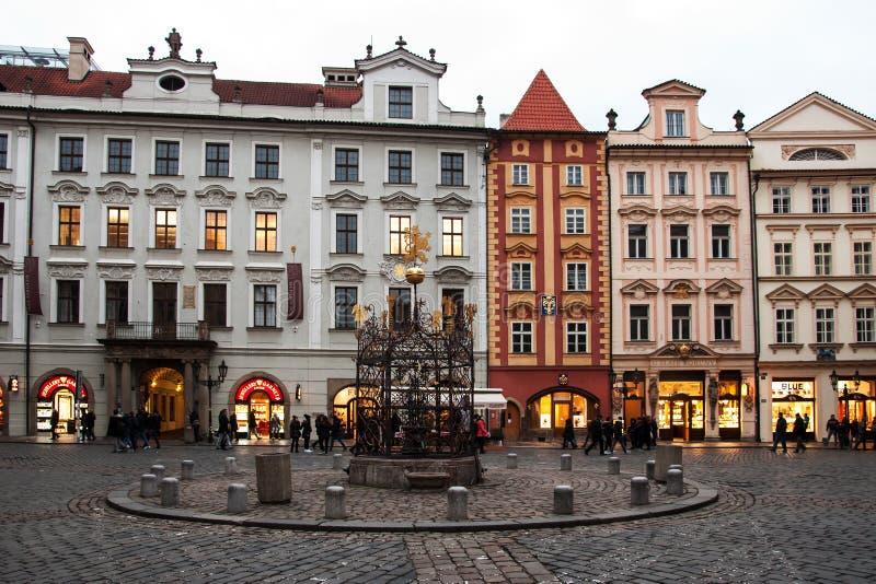 Sera sul namesti maschio a Praga immagini stock