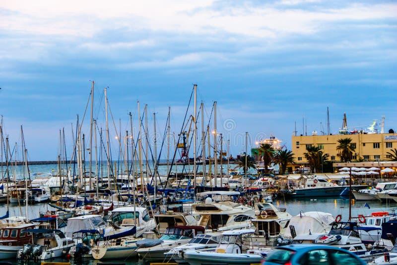 Sera in un piccolo porto greco immagini stock
