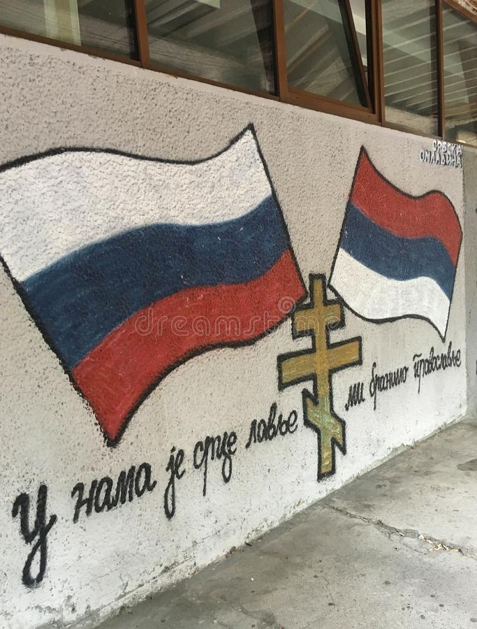 Serb-ryss grafitti i Belgrade, Serbien royaltyfri foto
