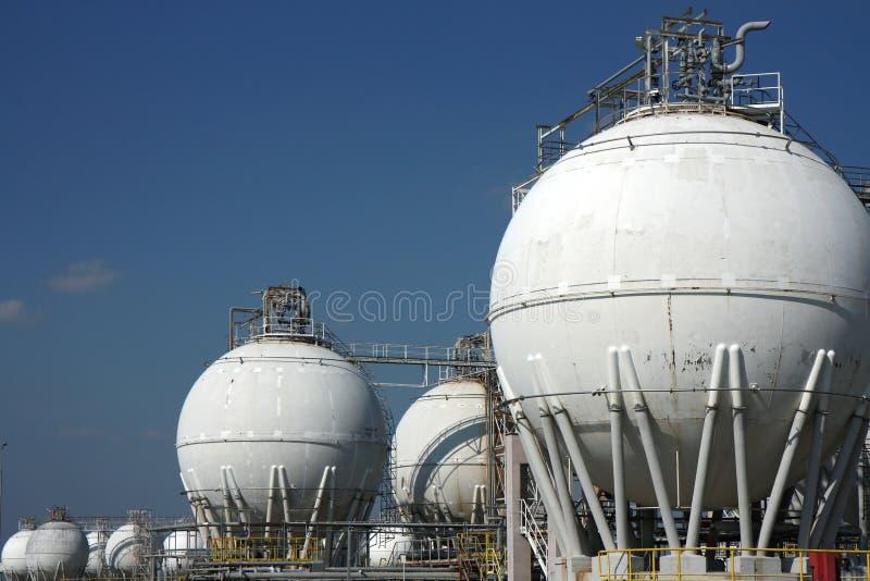 Serbatoi bianchi di grande raffineria del petrolio greggio immagine stock libera da diritti