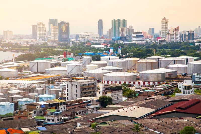 Serbatoi dell'olio al tramonto alla città di Bangkok in Tailandia immagini stock libere da diritti