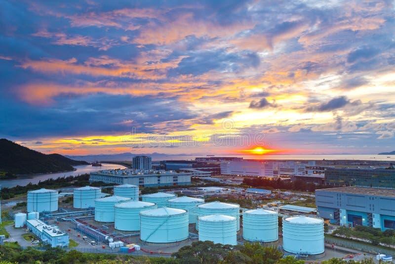 Serbatoi dell'olio al tramonto in Hong Kong fotografia stock