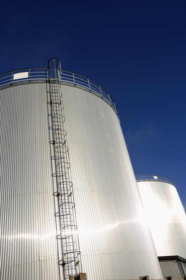 Serbatoi dell'olio della raffineria al sole fotografie stock