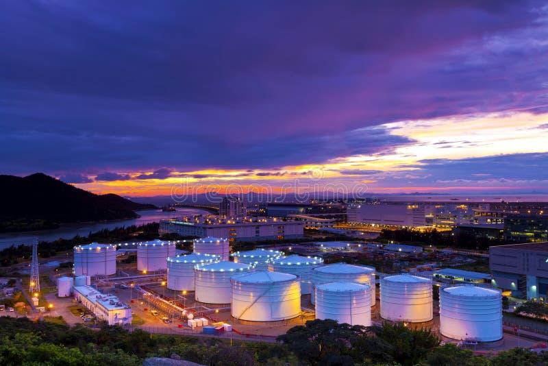 Serbatoi dell'olio industriali al tramonto fotografie stock
