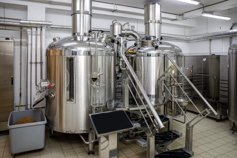 Serbatoi di acciaio di produzione della fabbrica di birra e tubi moderni, birra del mestiere nel microbirrificio fotografia stock libera da diritti