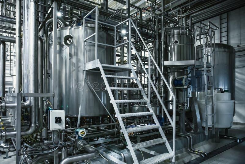 Serbatoi di acciaio di produzione della fabbrica di birra e tubi, strumenti del macchinario e tini, produzione della birra fotografie stock libere da diritti
