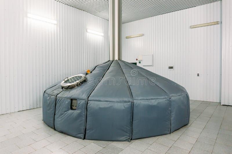 Serbatoi di acciaio di stoccaggio o cisterne e tubi per fermentazione della birra nella fabbrica industriale di produzione della  fotografie stock libere da diritti